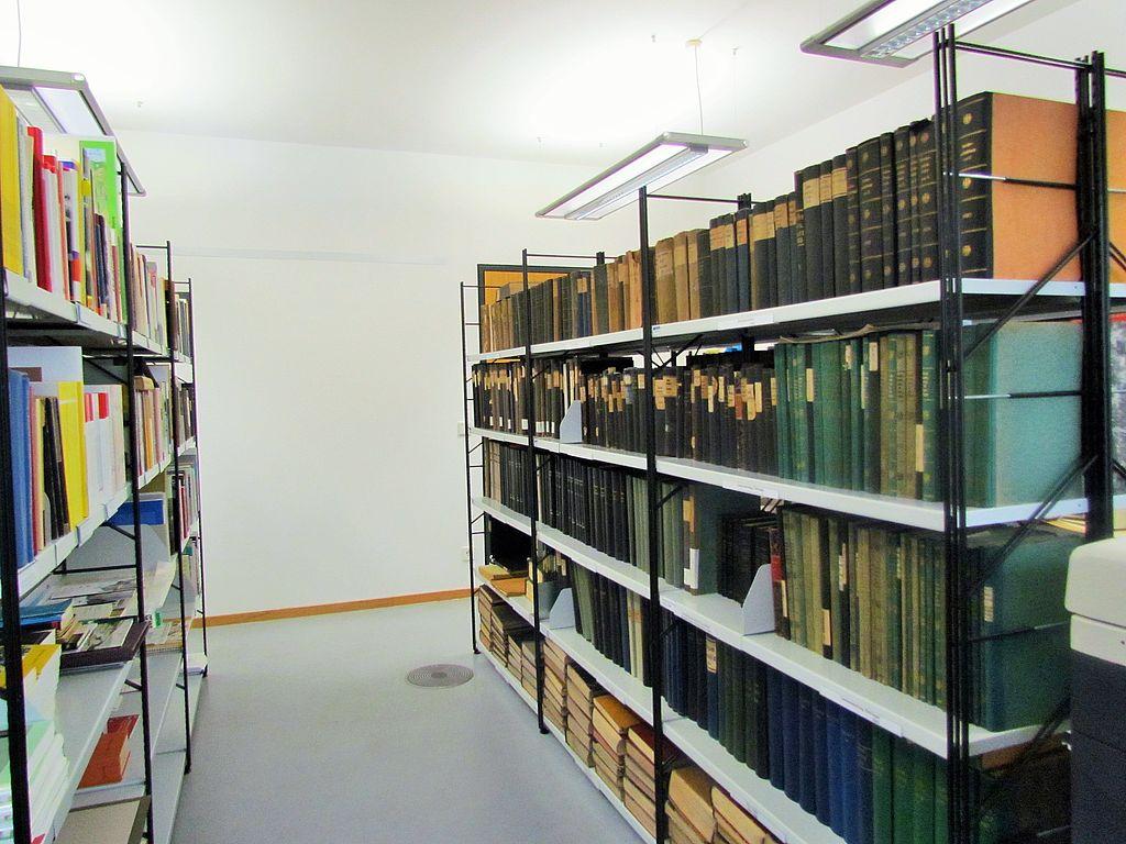 sehr viele Bücher im Regal