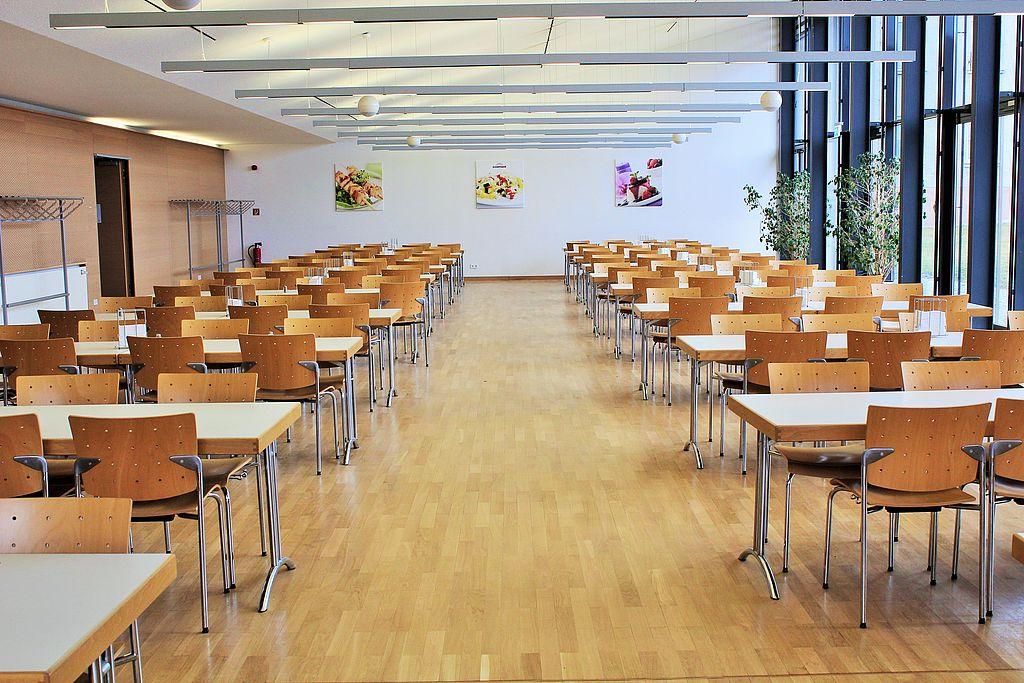 Innenansicht Mensa Speiseraum mit Tischen und Stühlen