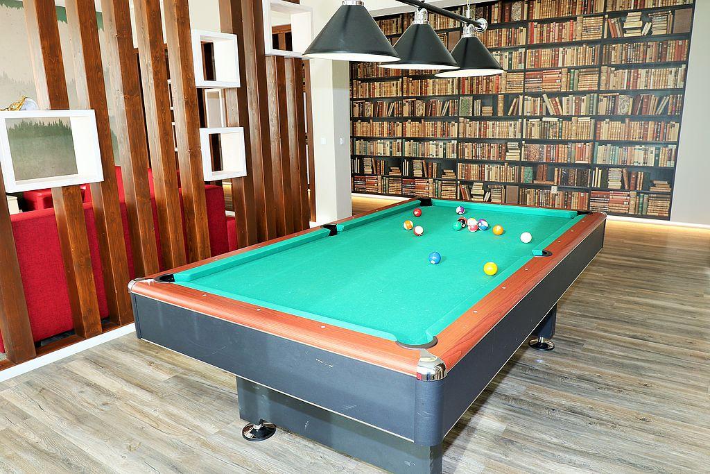 Billiardtisch mit Kugeln