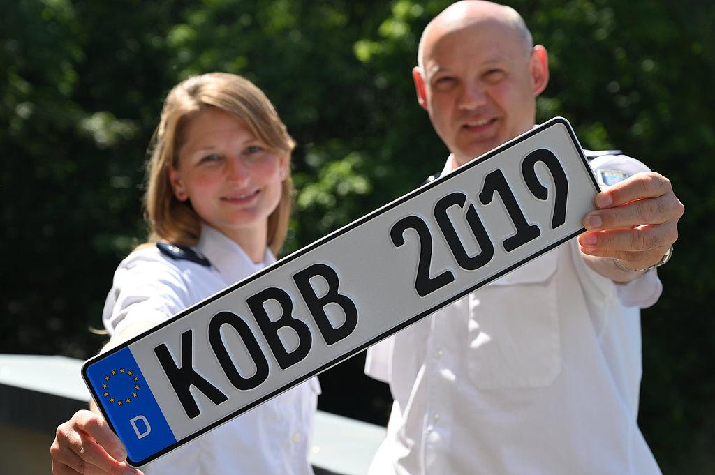 Zwei Polizisten mit Autokennzeichen Kobb 2019
