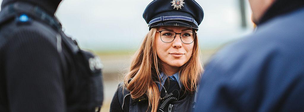 Eine Polizistin im Gespräch mit einem Bürger