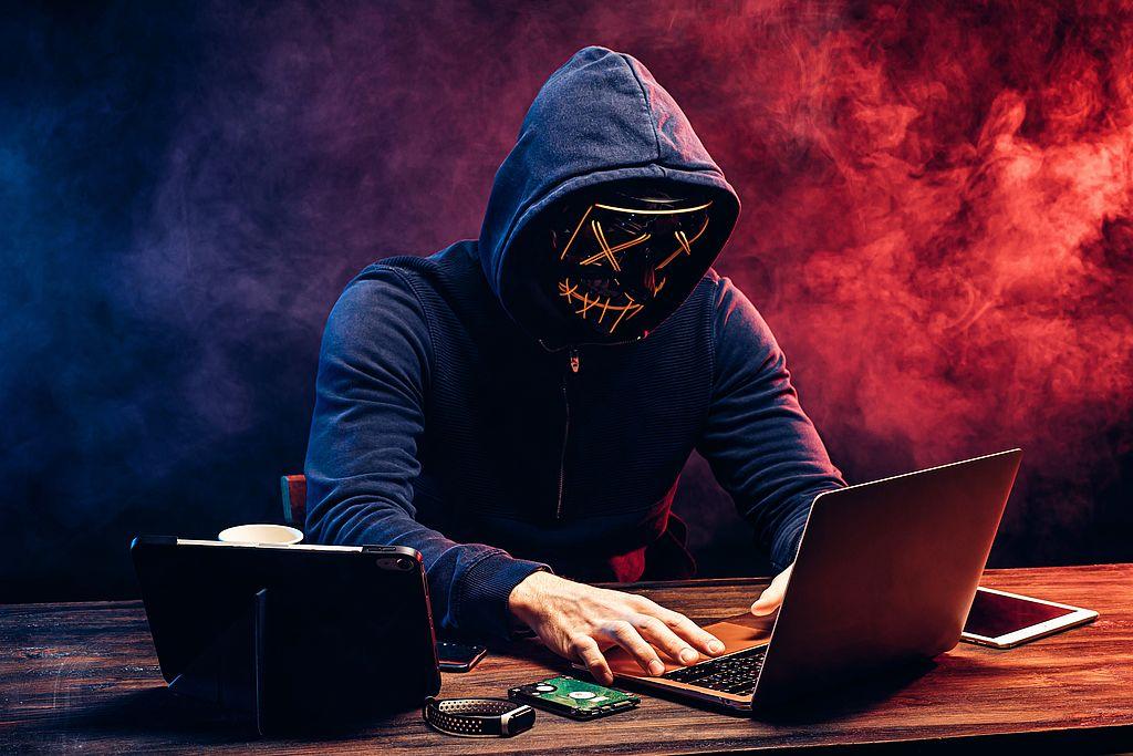zeigt man mit Maske, der einen Betrug am PC vollzieht