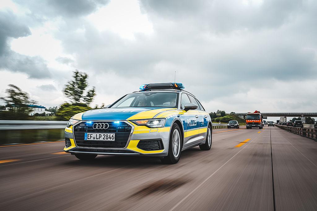 Audi A4 Streifenfahrzeug Polizei auf der Autobahn