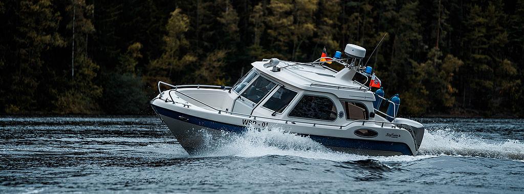 Ein Polizeiboot in voller Fahrt.