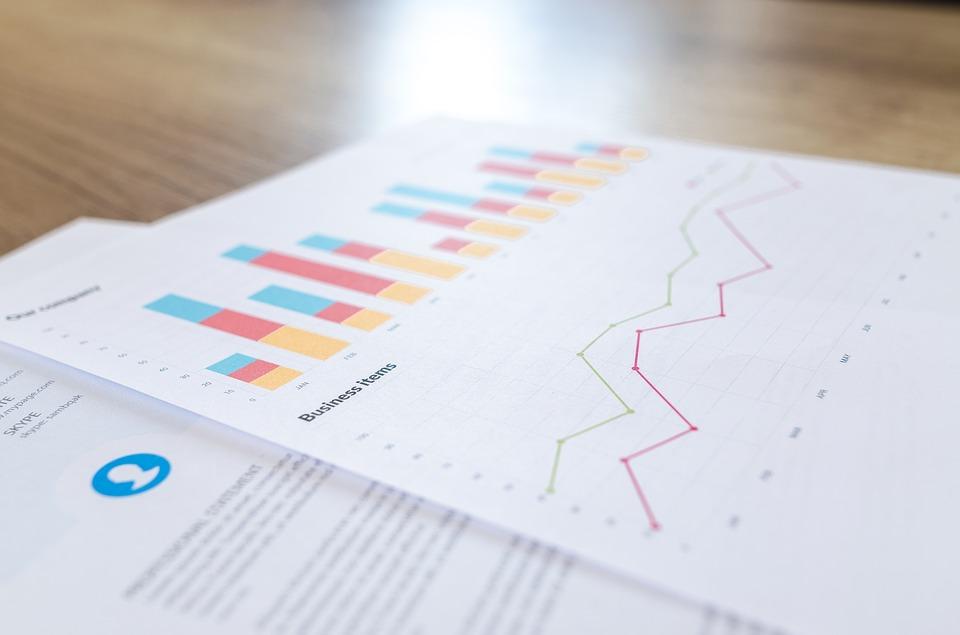 Statistik grafisch dargestellt auf einem weißen DIN A4 Blatt auf einem Tisch