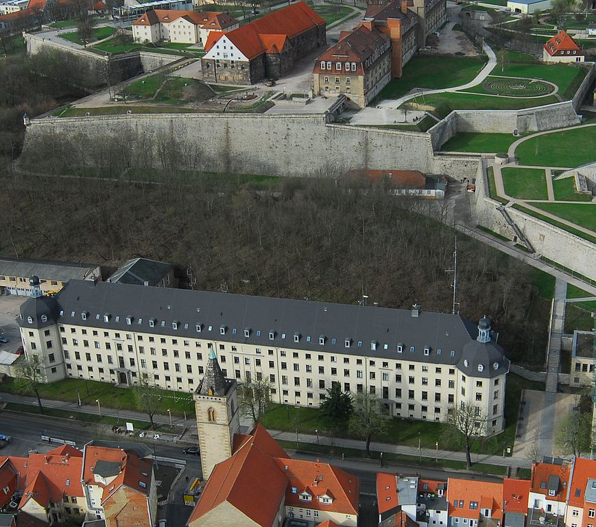 Gebäude Landespolizeidirektion von oben mit Blick auf den Petersberg